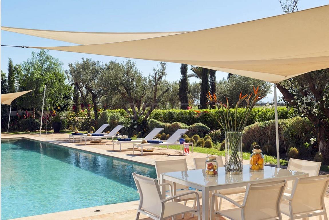 Nichée en première ligne du golf Al Maaden, cette tres belle propriété de luxe contemporaine abrite six chambres et suites au confort d'exception picture 2