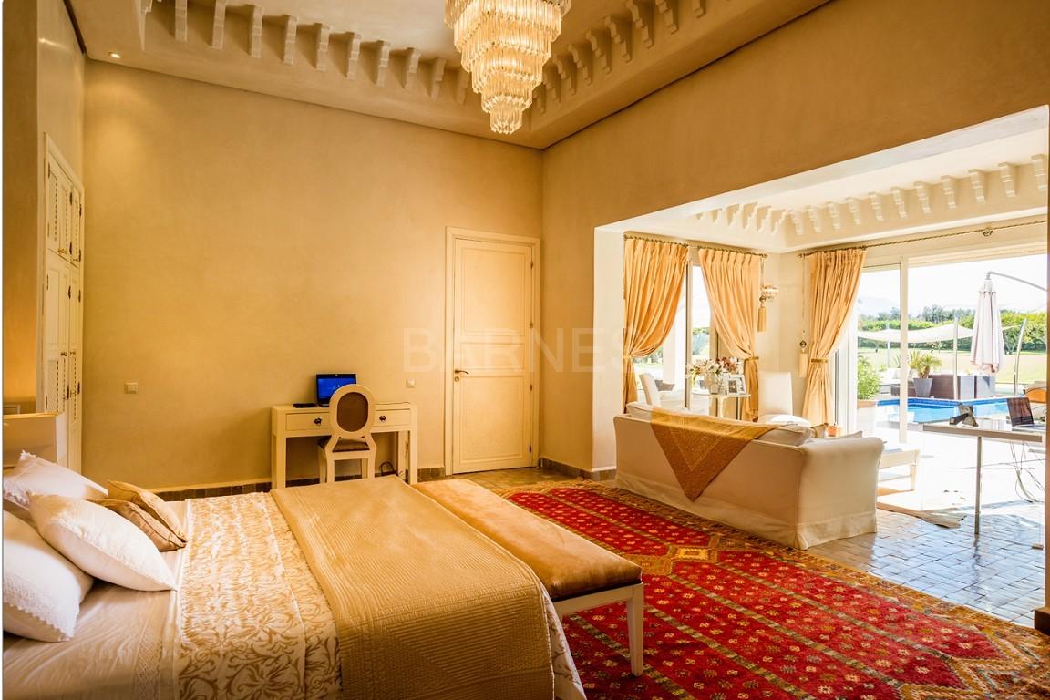 Très belle réalisation marocaine au pieds de l'Atlas, à 30mn de Marrakech, construite sur un parc ultra paysagé de 1 hectare, d'une végétation luxuriante, la villa est construite de plain pied et dispose d'une surface construite de 750m2 environ. picture 15