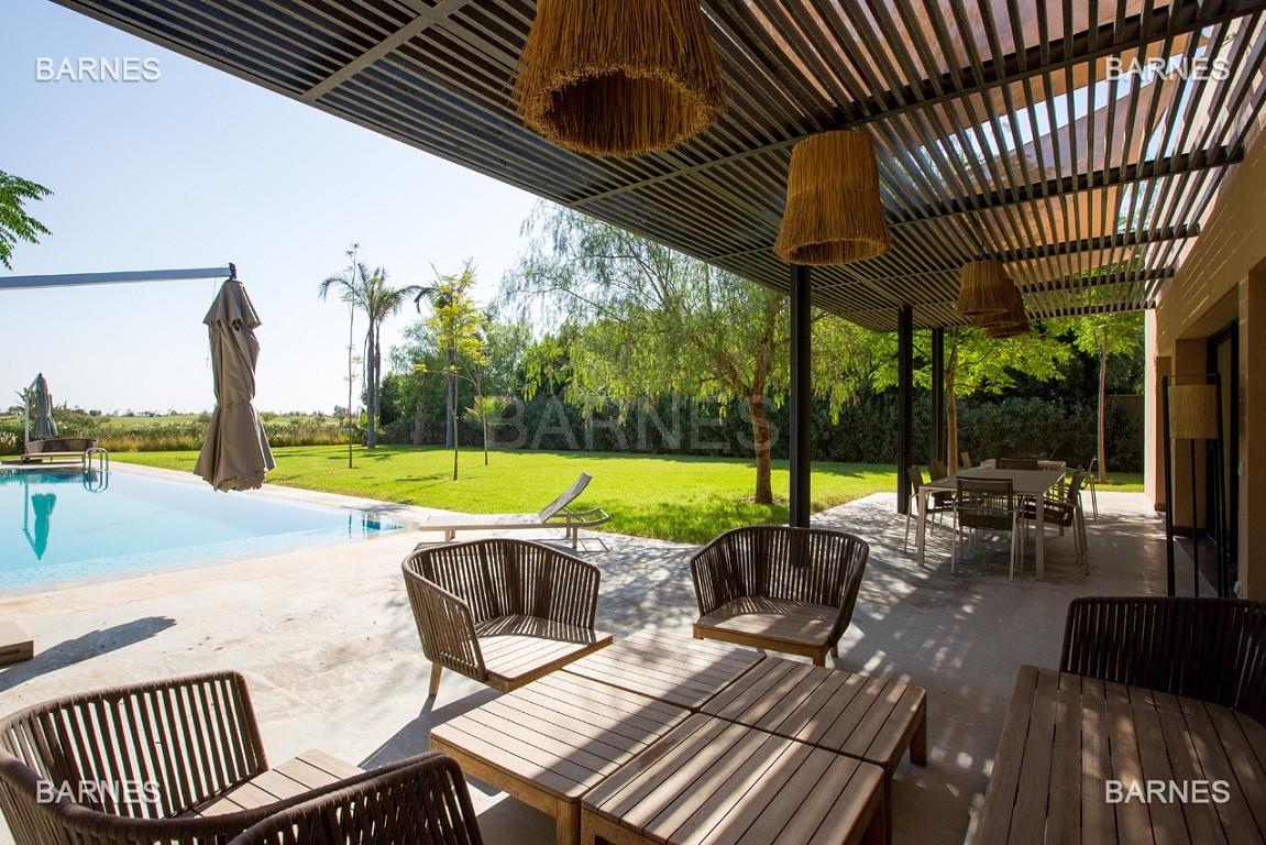 Très belle villa de plein-pied au ligne contemporaine avec de large baie vitrée en 1er ligne de golf . picture 3