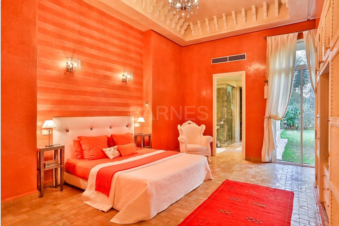 Très belle réalisation marocaine au pieds de l'Atlas, à 30mn de Marrakech, construite sur un parc ultra paysagé de 1 hectare, d'une végétation luxuriante, la villa est construite de plain pied et dispose d'une surface construite de 750m2 environ. picture 11