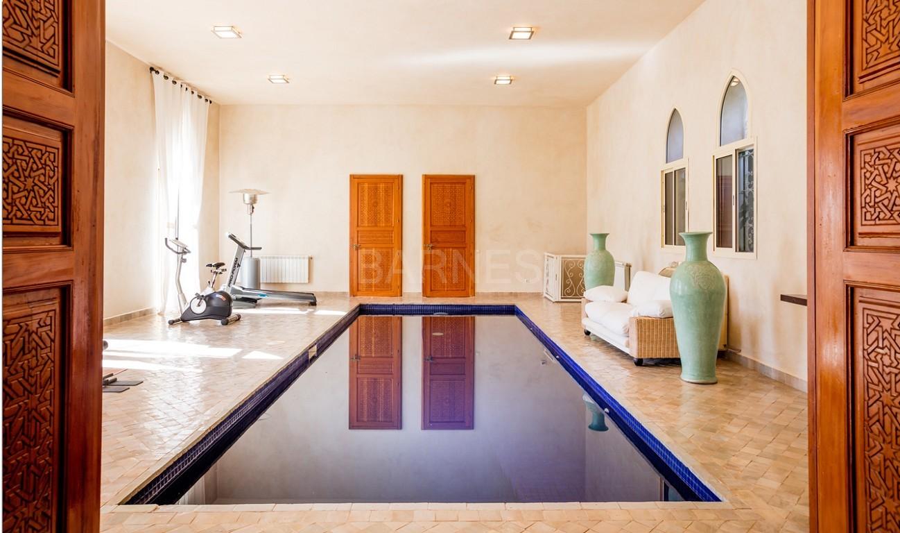 Très belle réalisation marocaine au pieds de l'Atlas, à 30mn de Marrakech, construite sur un parc ultra paysagé de 1 hectare, d'une végétation luxuriante, la villa est construite de plain pied et dispose d'une surface construite de 750m2 environ. picture 16