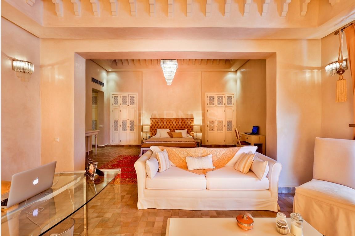 Très belle réalisation marocaine au pieds de l'Atlas, à 30mn de Marrakech, construite sur un parc ultra paysagé de 1 hectare, d'une végétation luxuriante, la villa est construite de plain pied et dispose d'une surface construite de 750m2 environ. picture 4