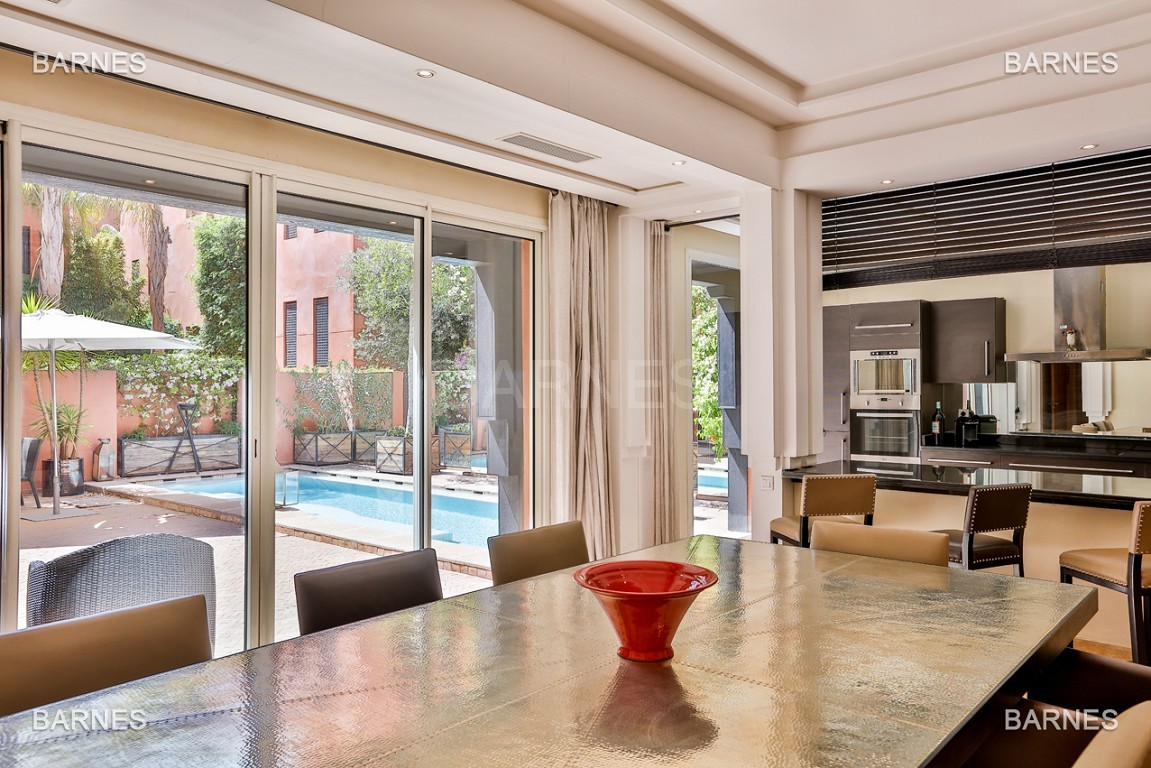 Située entre Medina et Ville nouvelle , superbe villa type Ryad dans un Hotel 5 étoiles .   picture 2