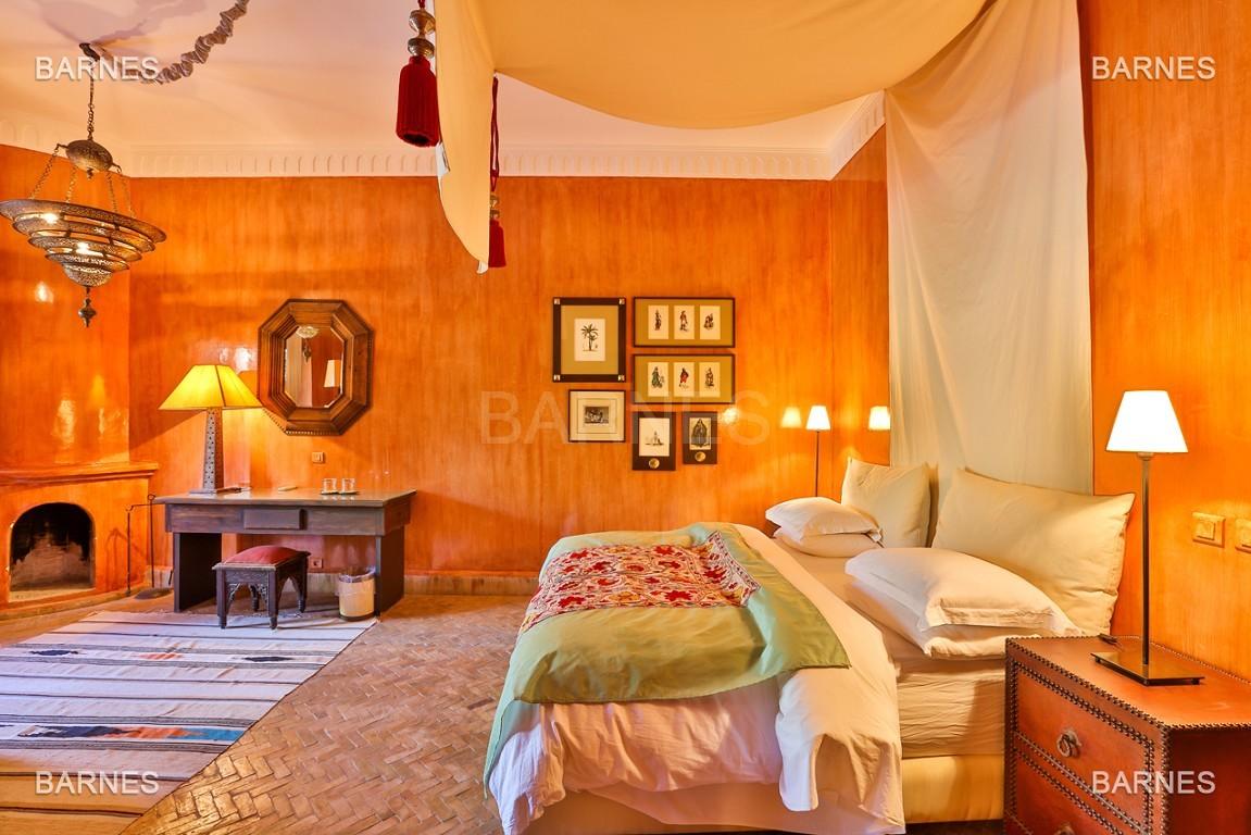 Très belle villa de style Marocain et art déco située dans un secteur de la palmeraie calme et accessible .  Parc sublime, villa principale avec piscine et maison d'ami avec piscine . picture 10