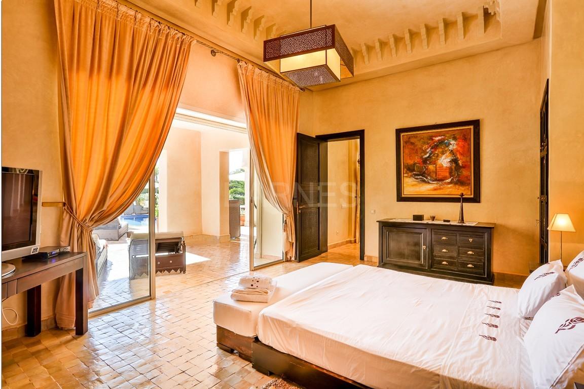 Très belle réalisation marocaine au pieds de l'Atlas, à 30mn de Marrakech, construite sur un parc ultra paysagé de 1 hectare, d'une végétation luxuriante, la villa est construite de plain pied et dispose d'une surface construite de 750m2 environ. picture 13