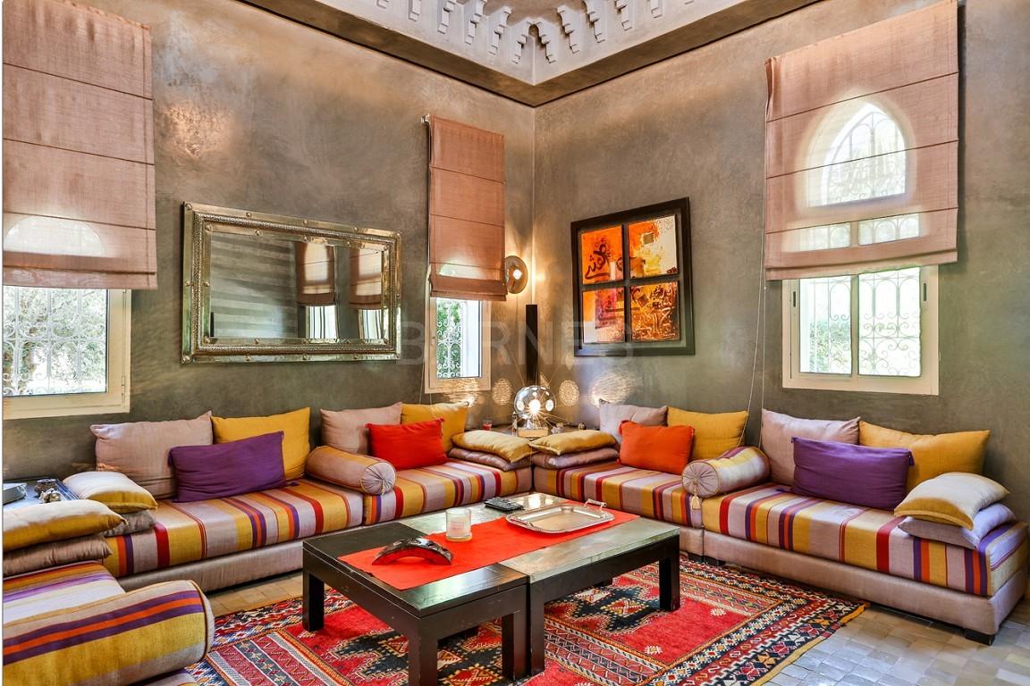 Très belle réalisation marocaine au pieds de l'Atlas, à 30mn de Marrakech, construite sur un parc ultra paysagé de 1 hectare, d'une végétation luxuriante, la villa est construite de plain pied et dispose d'une surface construite de 750m2 environ. picture 10