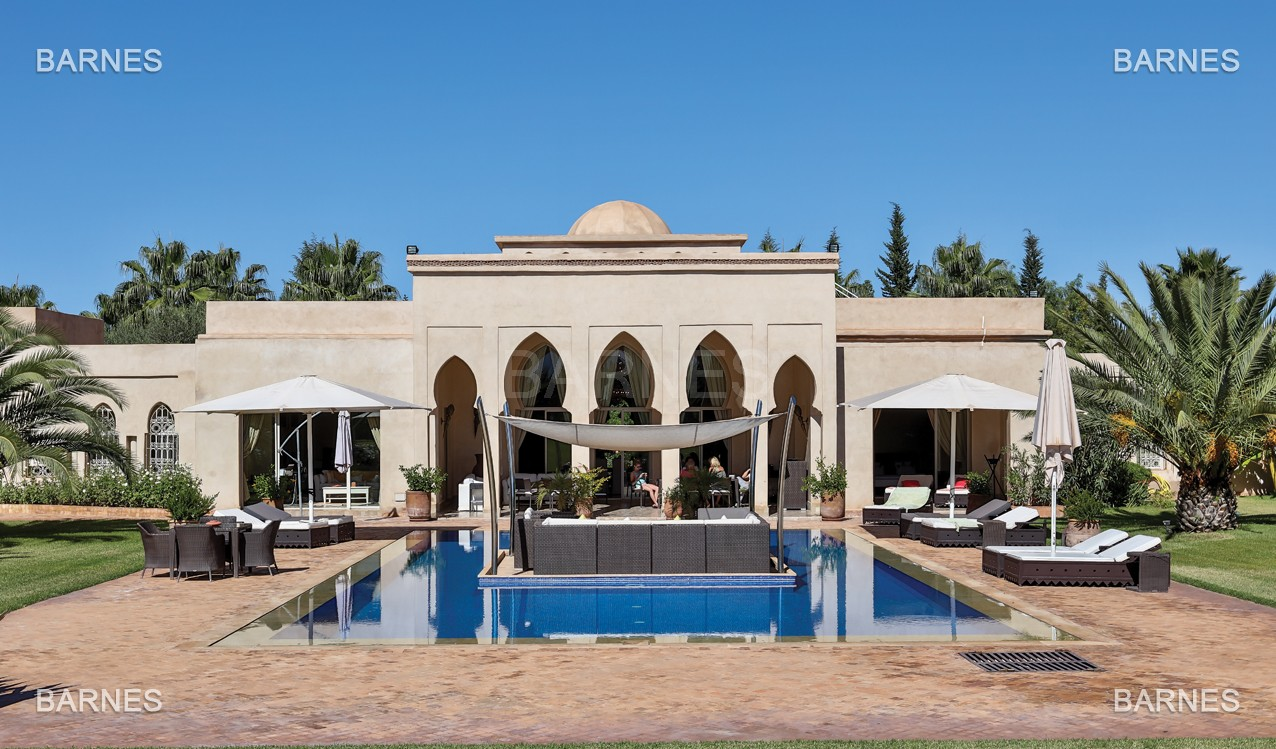Très belle réalisation marocaine au pieds de l'Atlas, à 30mn de Marrakech, construite sur un parc ultra paysagé de 1 hectare, d'une végétation luxuriante, la villa est construite de plain pied et dispose d'une surface construite de 750m2 environ. picture 0