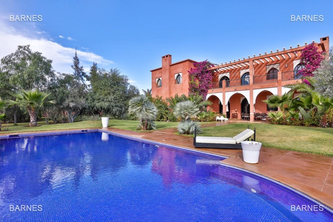 Superbe villa marocaine, construite sur un beau terrain arboré de 1 hectare à la sortie de Marrakech, 10mn en voiture du centre ville.  picture 0