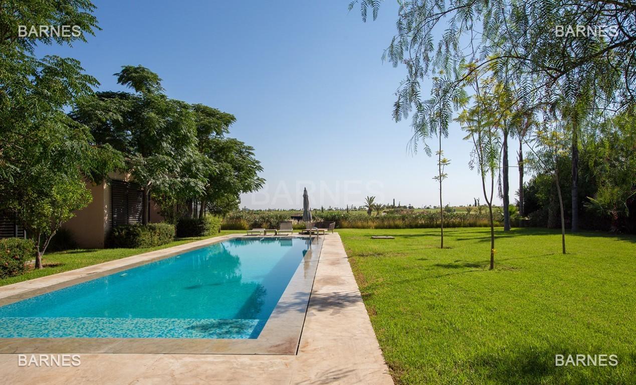 Très belle villa de plein-pied au ligne contemporaine avec de large baie vitrée en 1er ligne de golf . picture 0