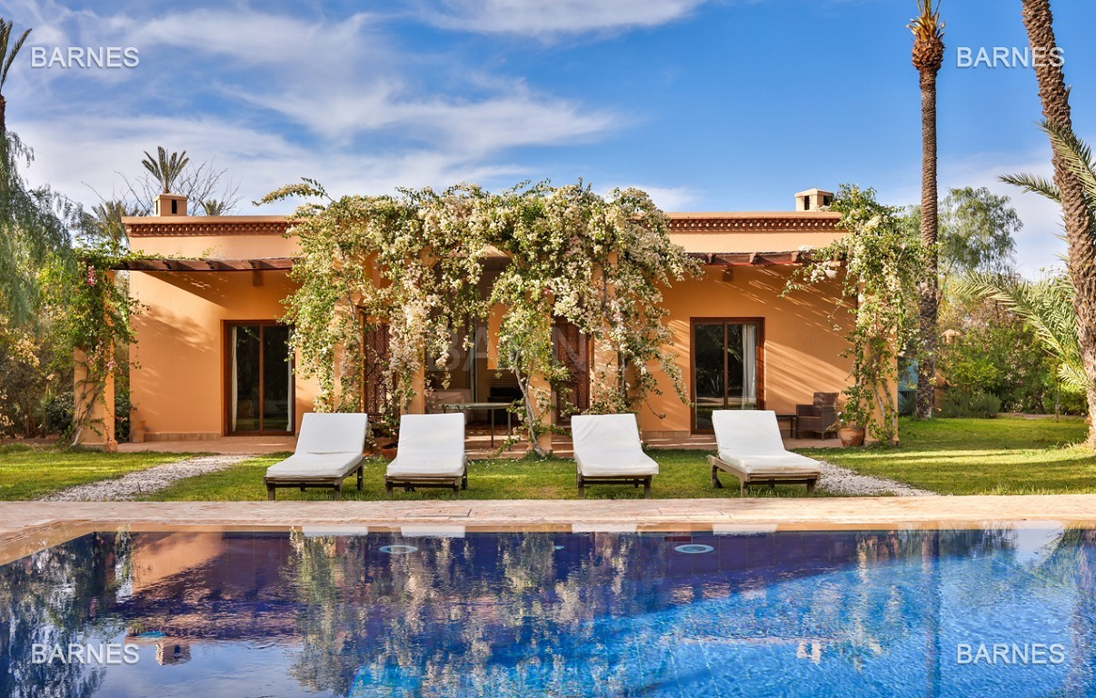 Très belle villa de style Marocain et art déco située dans un secteur de la palmeraie calme et accessible .  Parc sublime, villa principale avec piscine et maison d'ami avec piscine . picture 18