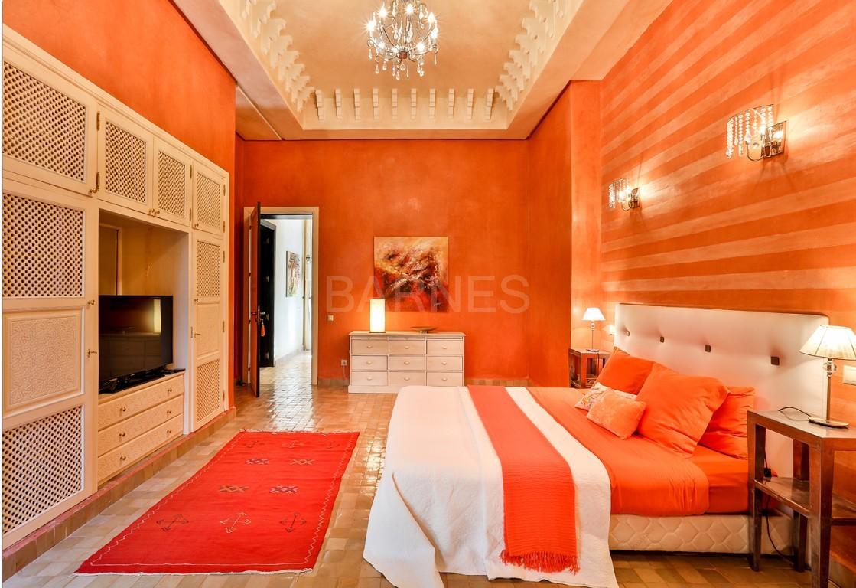 Très belle réalisation marocaine au pieds de l'Atlas, à 30mn de Marrakech, construite sur un parc ultra paysagé de 1 hectare, d'une végétation luxuriante, la villa est construite de plain pied et dispose d'une surface construite de 750m2 environ. picture 12