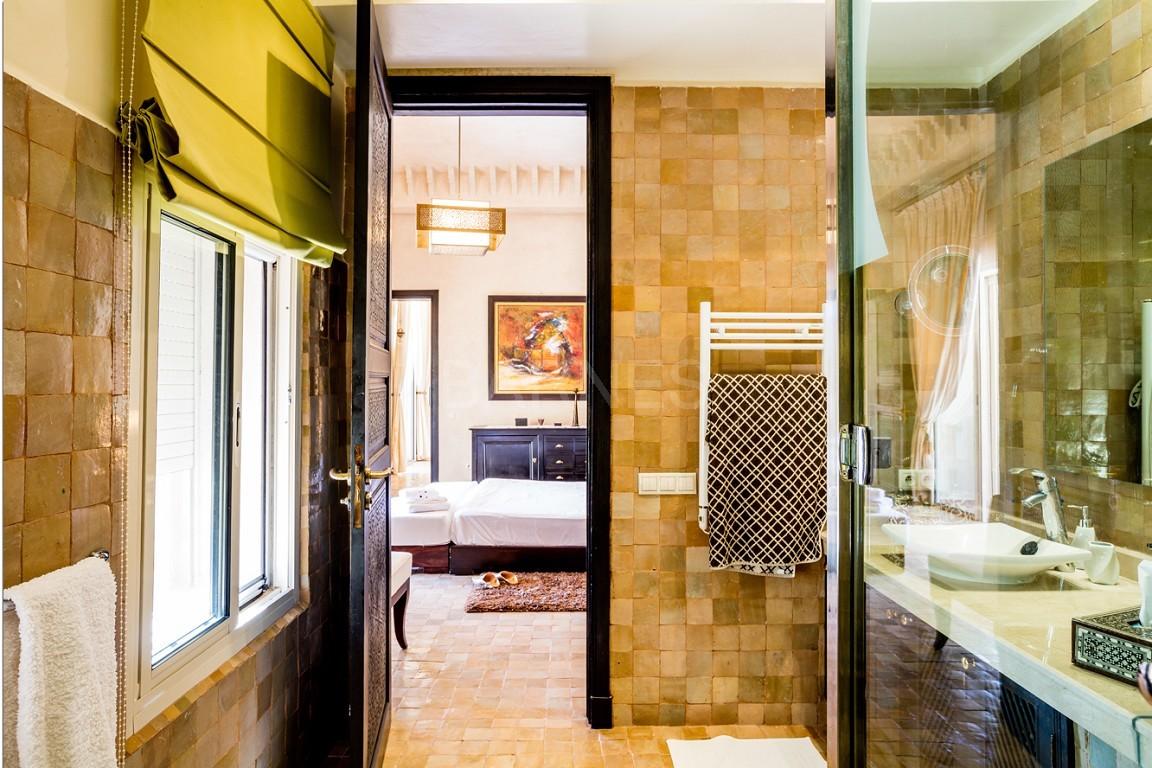 Très belle réalisation marocaine au pieds de l'Atlas, à 30mn de Marrakech, construite sur un parc ultra paysagé de 1 hectare, d'une végétation luxuriante, la villa est construite de plain pied et dispose d'une surface construite de 750m2 environ. picture 14