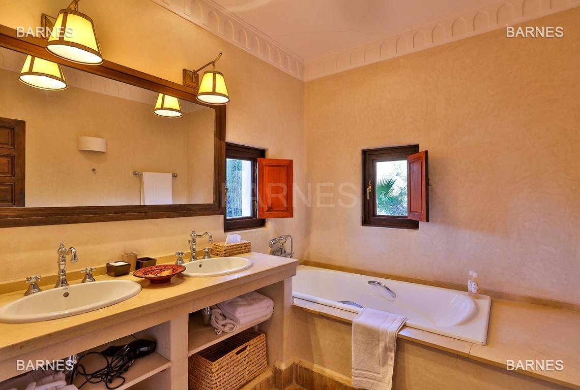Très belle villa de style Marocain et art déco située dans un secteur de la palmeraie calme et accessible .  Parc sublime, villa principale avec piscine et maison d'ami avec piscine . picture 6