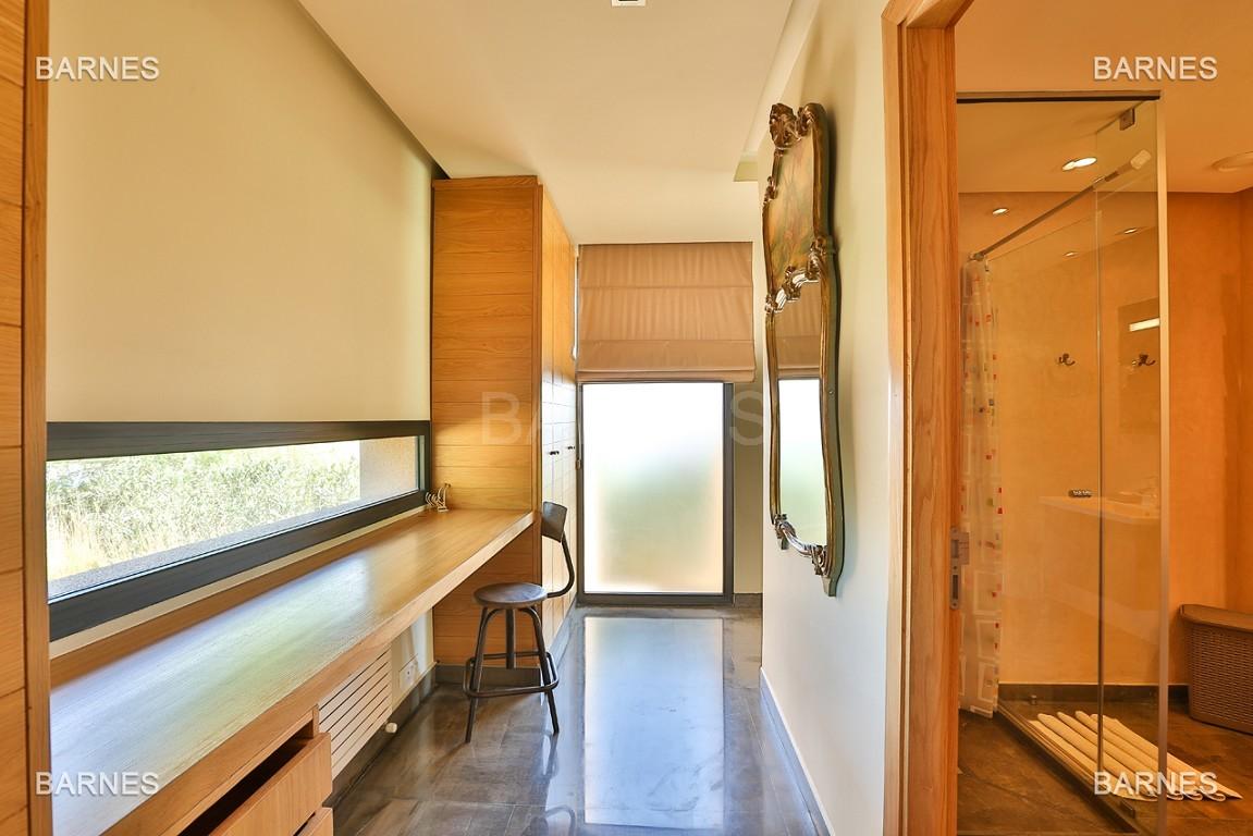 Très belle villa de plein-pied au ligne contemporaine avec de large baie vitrée en 1er ligne de golf . picture 15