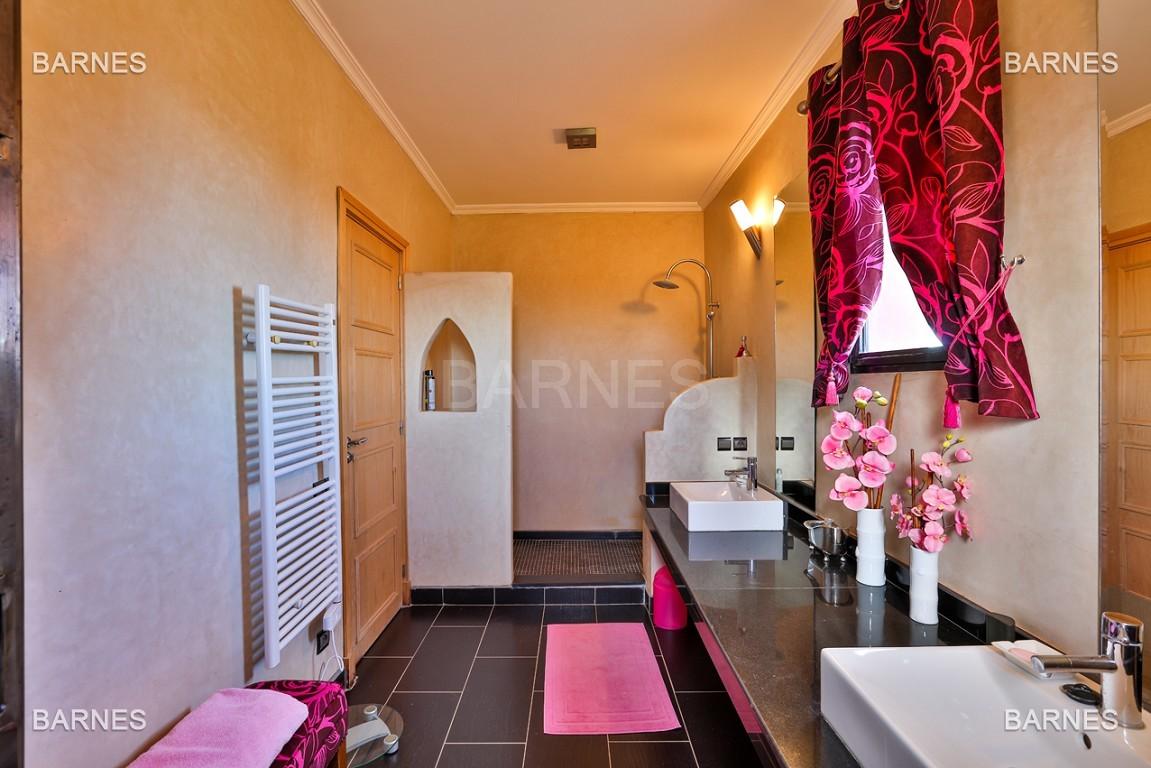 Superbe villa marocaine, construite sur un beau terrain arboré de 1 hectare à la sortie de Marrakech, 10mn en voiture du centre ville.  picture 6