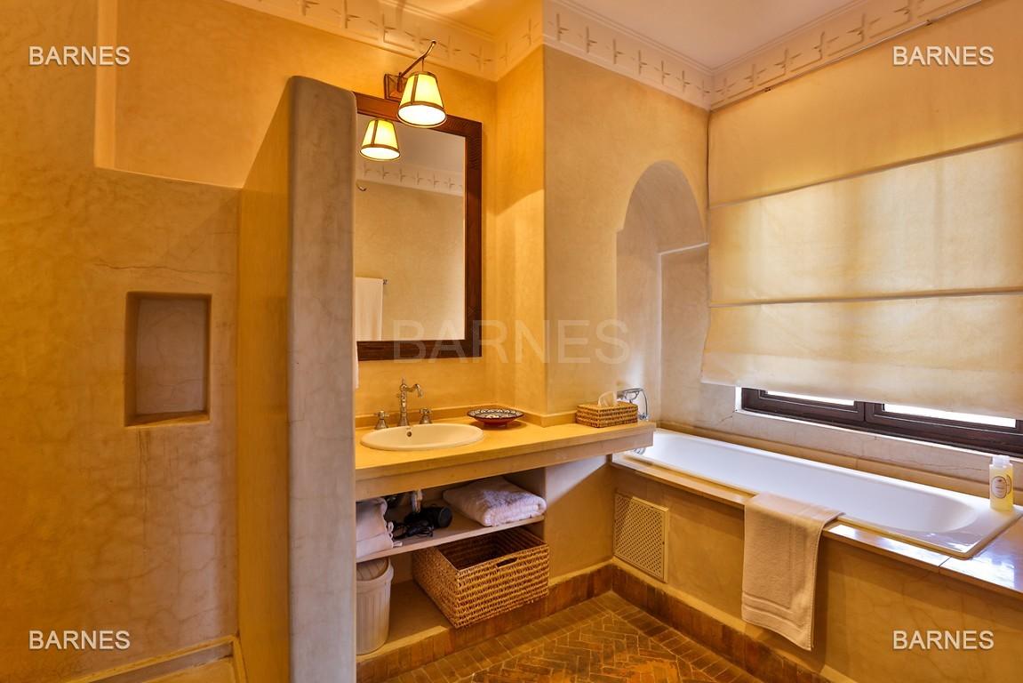 Très belle villa de style Marocain et art déco située dans un secteur de la palmeraie calme et accessible .  Parc sublime, villa principale avec piscine et maison d'ami avec piscine . picture 17