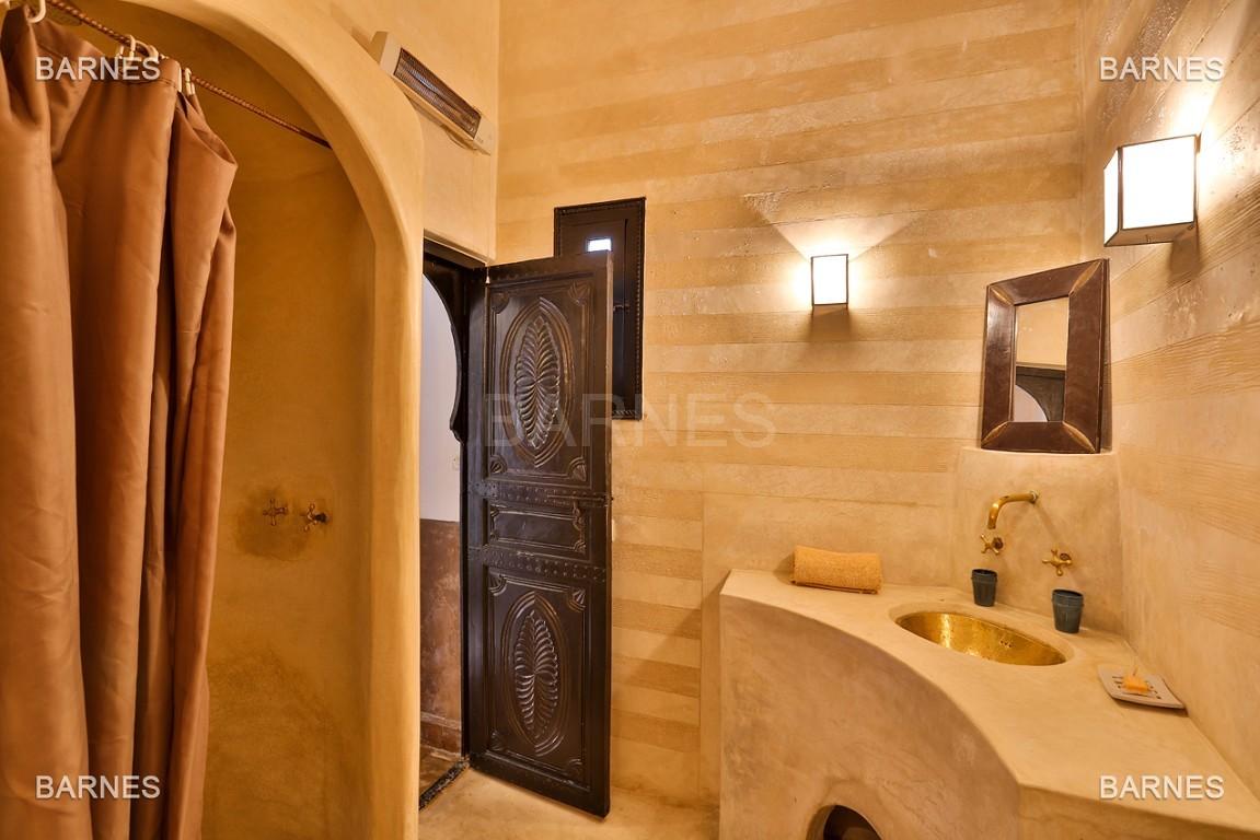 Riad maison d'hôtes, 6 chambres, 6 salles de bains, salon, salle à manger, cuisine, patio, bassin, terrasse. picture 10