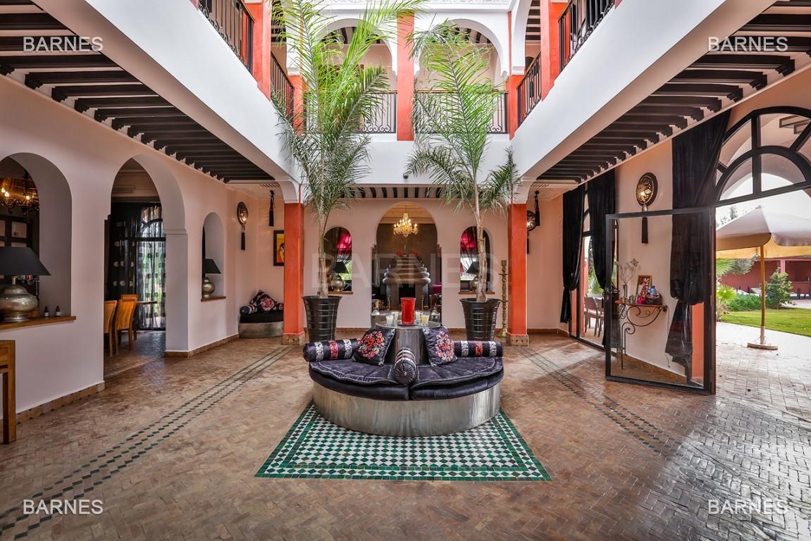 Superbe villa marocaine, construite sur un beau terrain arboré de 1 hectare à la sortie de Marrakech, 10mn en voiture du centre ville.  picture 2