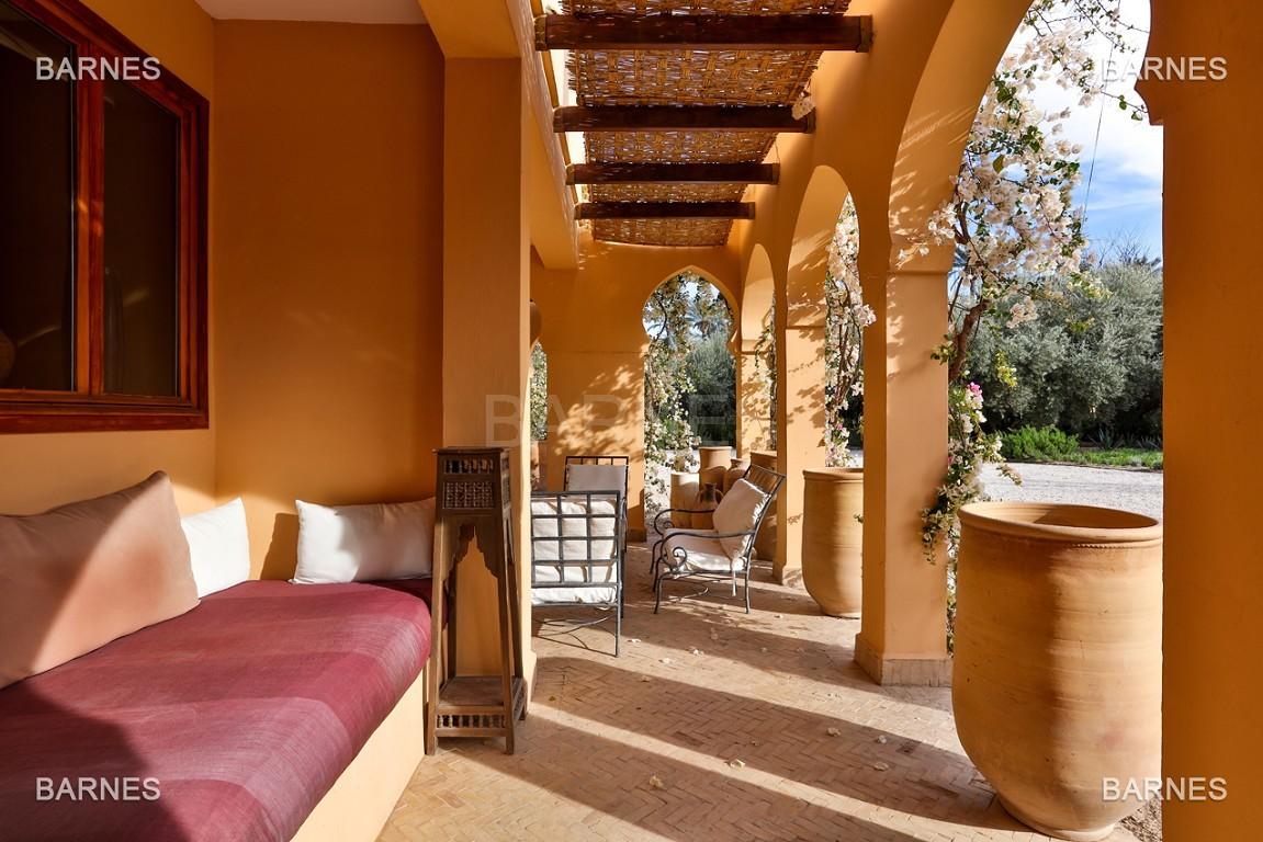 Très belle villa de style Marocain et art déco située dans un secteur de la palmeraie calme et accessible .  Parc sublime, villa principale avec piscine et maison d'ami avec piscine . picture 8