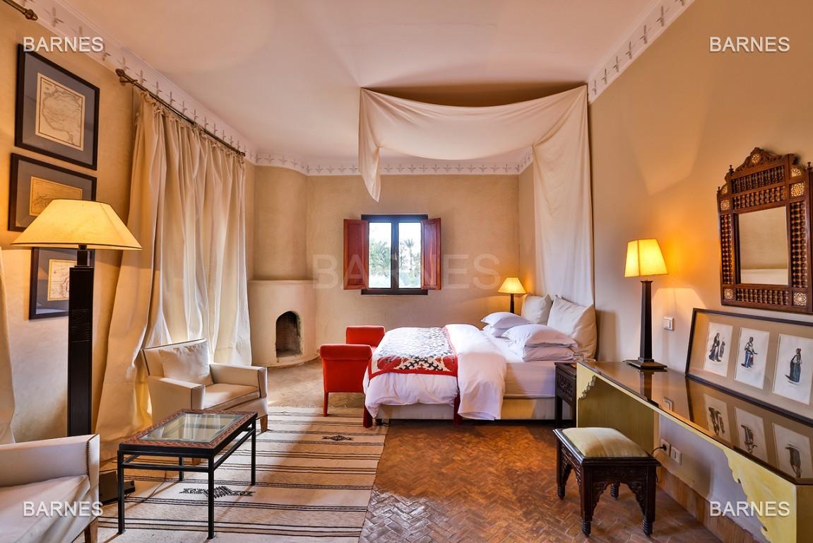 Très belle villa de style Marocain et art déco située dans un secteur de la palmeraie calme et accessible .  Parc sublime, villa principale avec piscine et maison d'ami avec piscine . picture 16