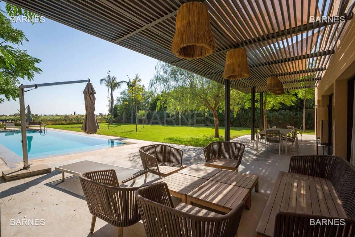 Très belle villa de plein-pied au ligne contemporaine avec de large baie vitrée en 1er ligne de golf . picture 2