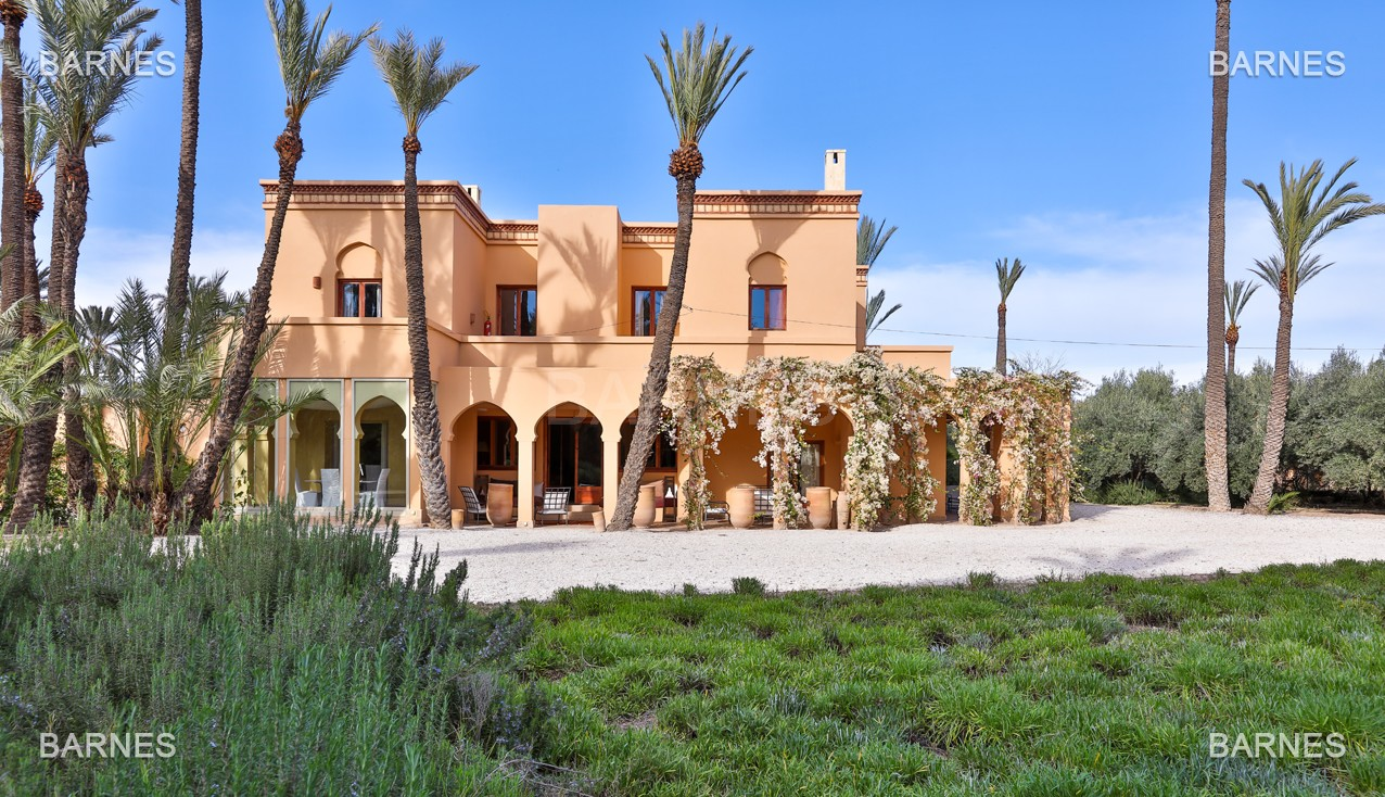 Très belle villa de style Marocain et art déco située dans un secteur de la palmeraie calme et accessible .  Parc sublime, villa principale avec piscine et maison d'ami avec piscine . picture 0