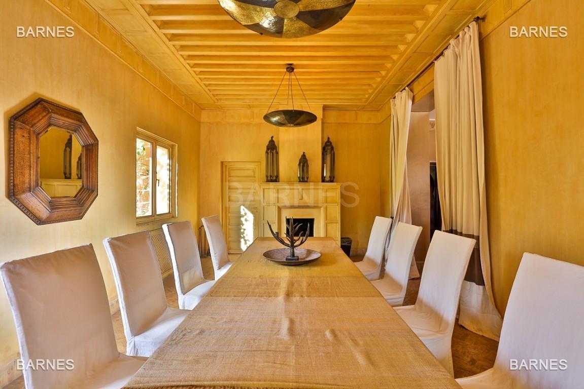 Très belle villa de style Marocain et art déco située dans un secteur de la palmeraie calme et accessible .  Parc sublime, villa principale avec piscine et maison d'ami avec piscine . picture 3