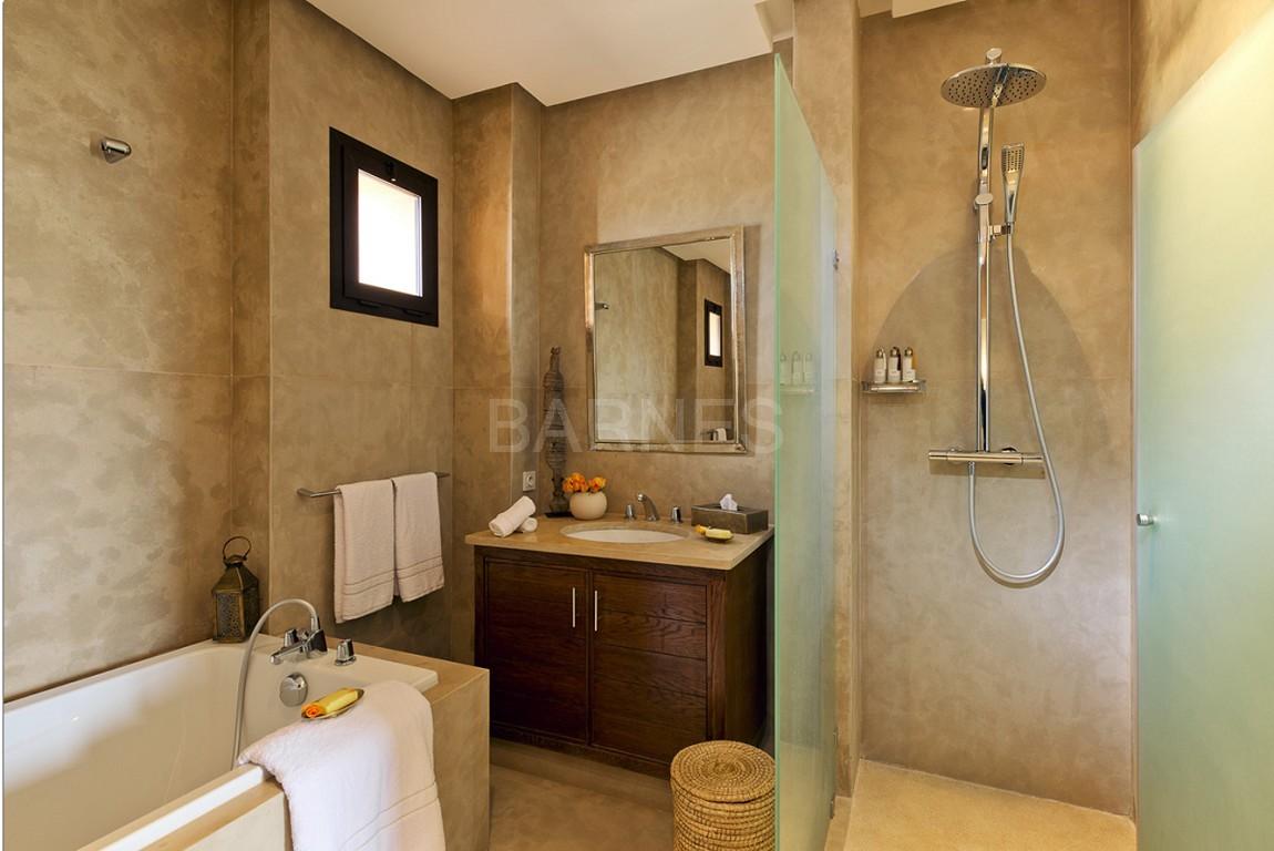 Nichée en première ligne du golf Al Maaden, cette tres belle propriété de luxe contemporaine abrite six chambres et suites au confort d'exception picture 18