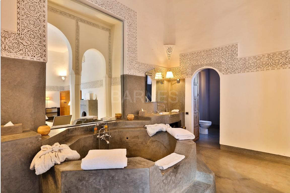 Riad maison d'hôtes, salon, salle à manger, 3 chambres, 3 suites, 6 salles de bains, piscine, terrasse picture 9