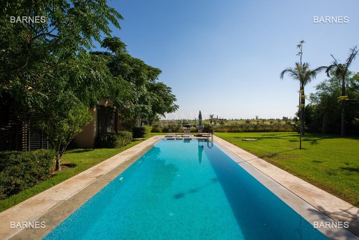 Très belle villa de plein-pied au ligne contemporaine avec de large baie vitrée en 1er ligne de golf . picture 18