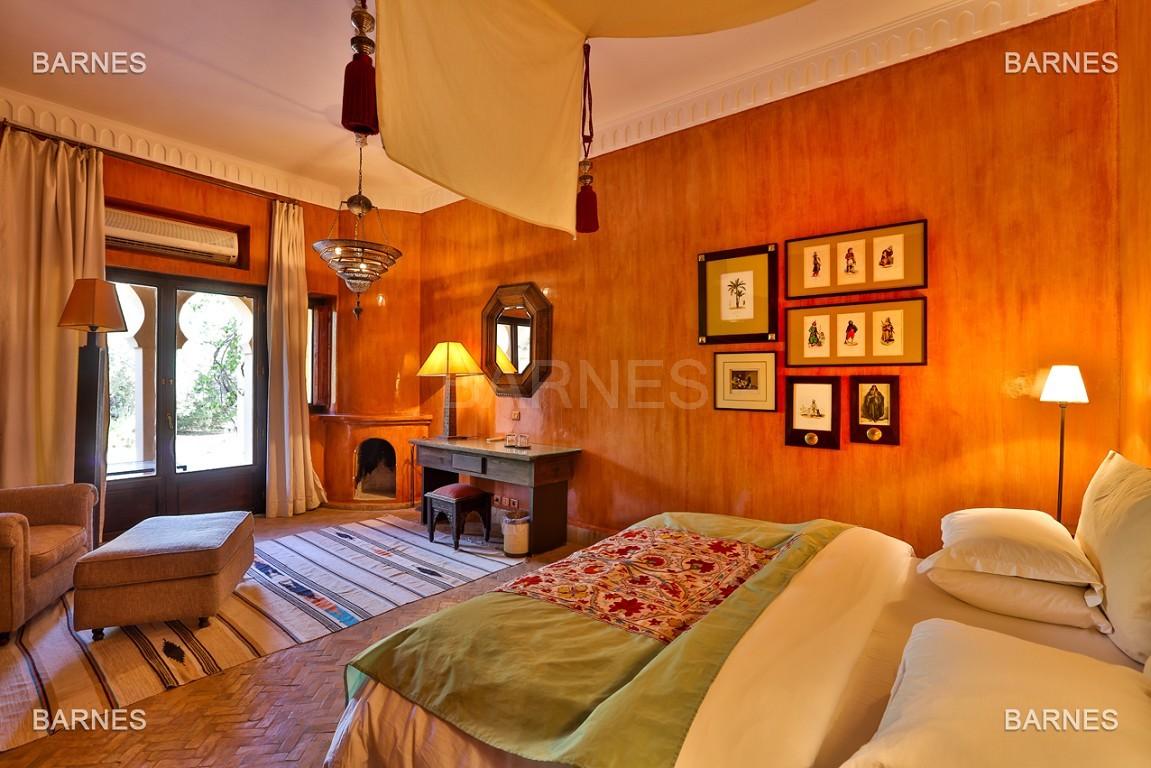 Très belle villa de style Marocain et art déco située dans un secteur de la palmeraie calme et accessible .  Parc sublime, villa principale avec piscine et maison d'ami avec piscine . picture 4