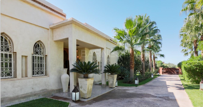 Très belle réalisation marocaine au pieds de l'Atlas, à 30mn de Marrakech, construite sur un parc ultra paysagé de 1 hectare, d'une végétation luxuriante, la villa est construite de plain pied et dispose d'une surface construite de 750m2 environ. picture 1