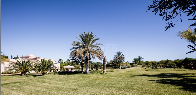 Très belle réalisation marocaine au pieds de l'Atlas, à 30mn de Marrakech, construite sur un parc ultra paysagé de 1 hectare, d'une végétation luxuriante, la villa est construite de plain pied et dispose d'une surface construite de 750m2 environ. picture 5