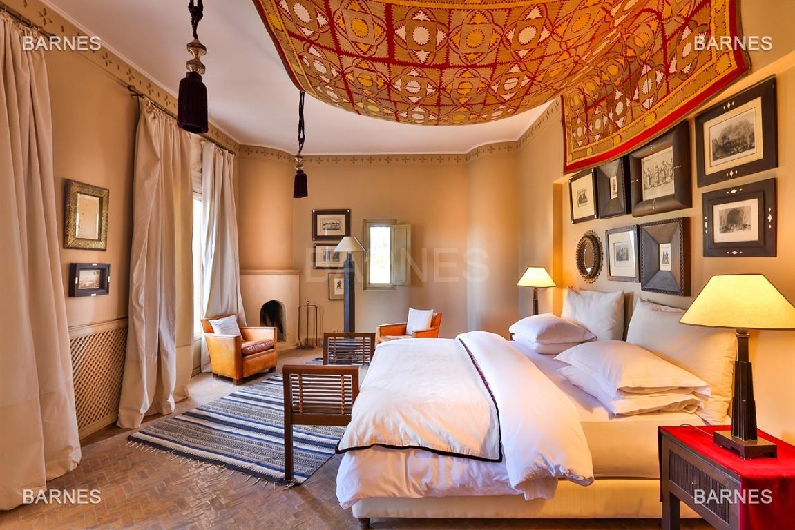 Très belle villa de style Marocain et art déco située dans un secteur de la palmeraie calme et accessible .  Parc sublime, villa principale avec piscine et maison d'ami avec piscine . picture 5