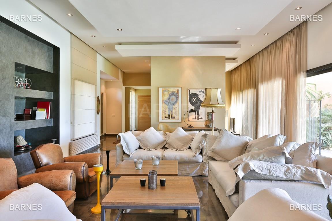 Très belle villa de plein-pied au ligne contemporaine avec de large baie vitrée en 1er ligne de golf . picture 4