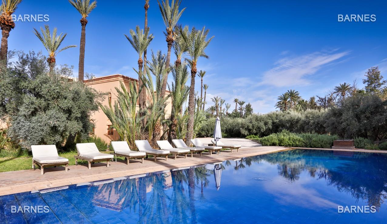 Très belle villa de style Marocain et art déco située dans un secteur de la palmeraie calme et accessible .  Parc sublime, villa principale avec piscine et maison d'ami avec piscine . picture 1