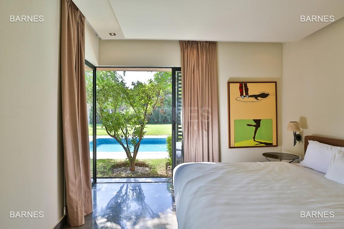 Très belle villa de plein-pied au ligne contemporaine avec de large baie vitrée en 1er ligne de golf . picture 13